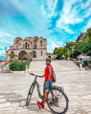 Do you have a preferred method of touring a city? Biking allows you to cover more ground than you could by walking with the convenience of an easy place to park and explore the sights that you won't get with a car or bus.   In Athens, we toured with  @bikeathens who offers multiple tours daily!  Have you done a bike tour before? 🚲